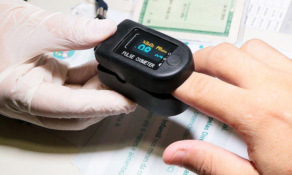 Oxímetro mede a saturação de oxigênio no sangue