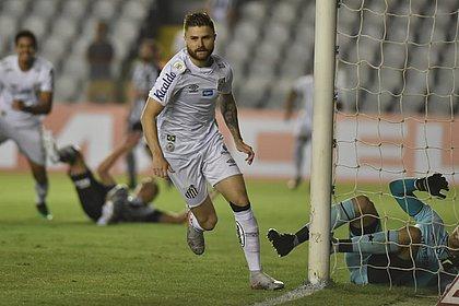 Sasha fez o primeiro gol do Santos contra o Botafogo