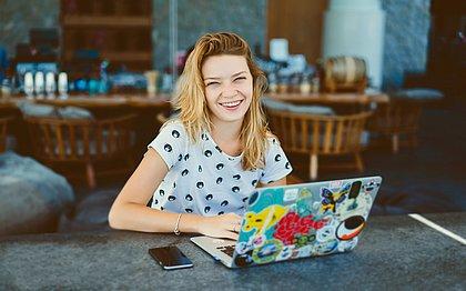 Um computador com acesso à internet é o principal item para quem vai fazer um curso a distância