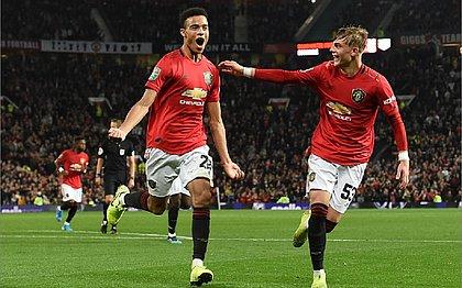 United evita vexame, avança e pega Chelsea na Copa da Liga