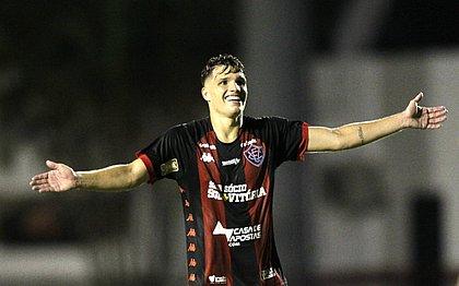 Vico comemora um dos seus dois gols