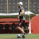 No gramado do Barradão, o técnico Bruno Pivetti orienta o time às vésperas da estreia na Série B