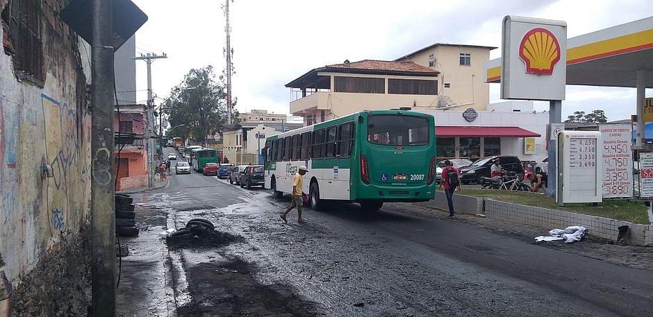 Ônibus param de circular em Sussuarana Velha após coletivo ser atacado por bandidos e incendiado