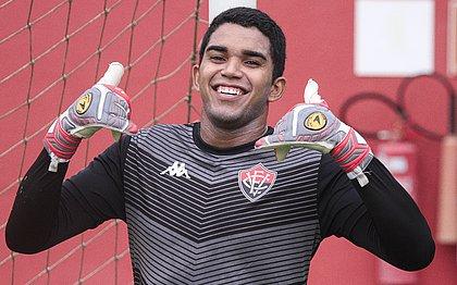 Lucas Arcanjo comemora oportunidade com a camisa do Vitória