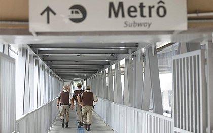 Corpos dos dois homens mortos por PMs na estação do metrô Bonocô são sepultados