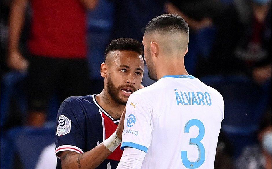 Neymar e González durante discussão na partida entre o PSG e o Olympique