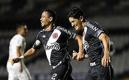 Pikachu e Cano comemoram o gol do Vasco