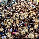 Multidão toma as ruas da cidade no período junino