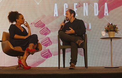 Pablo Lazo e Flávia Oliveira em talk show após palestra do mexicano