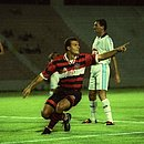 Flávio Tanajura em ação como jogador do Vitória, em 1999, durante uma partida contra o Porto-PE, pela Copa do Nordeste
