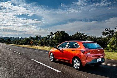 Por R$ 78.690 a Chevrolet oferece no Onix câmbio automático, wifi, sensor de ponto cego e um assistente que faz baliza para o motorista