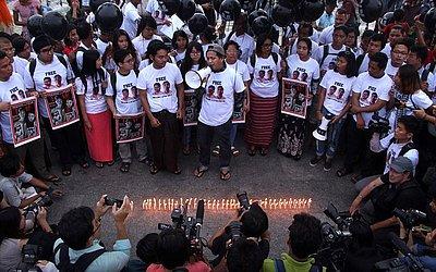 Manifestantes pedem a libertação dos jornalistas da Reuters Wa Lone e Kyaw Soe durante um encontro em Yangon. Mensagens de solidariedade chegam de todo o mundo após um anos das prisões.