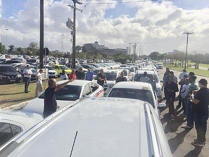 Taxistas fazem carreata pedindo aprovação de lei para regulamentar apps