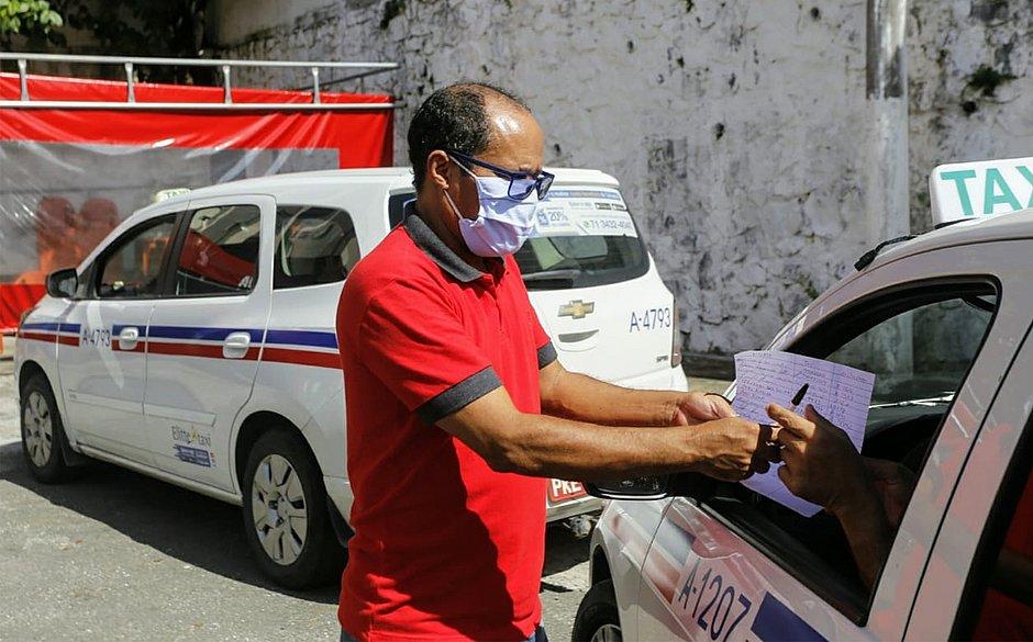 Taxistas de Salvador e RMS recebem doação de 3 mil máscaras