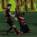 Samuel, do Vitória, comemora o gol dele sobre o Treze