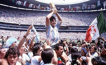 Maradona levanta a taça da Copa do Mundo de 1986, vencida pela Argentina