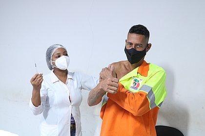 Brasil tem 51,8 milhões de vacinados com 1ª dose contra covid; 24,48% da população