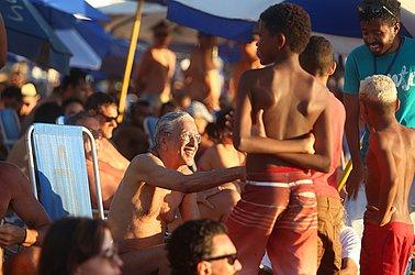 Crianças tietam cantor na areia do Porto da Barra