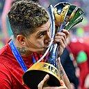 Firmino beija o troféu do Mundial de Clubes