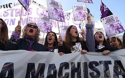 """As mulheres de Madri declararam greve com o slogan: """"Greve geral contra a violência machista, patriarcal, a justiça franquista e a opressão capitalista""""."""
