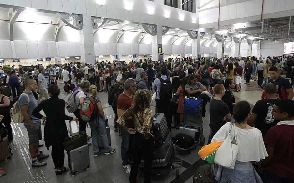 Área de embarque ficou lotada por conta dos atrasos e cancelamentos