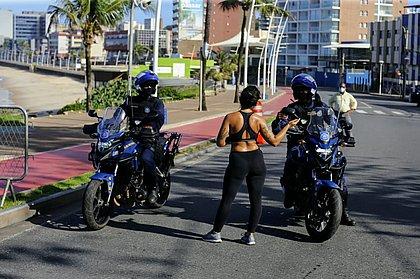 Orla da Barra é interditada com barreiras no calçadão e na rua