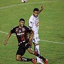 Maurício Ramos, em lance de disputa de bola