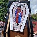 Torcedores pregaram uma foto de Carneiro com camisa do Bahia num caixão
