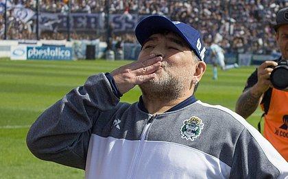 Maradona na estreia como técnico do Gimnasia y Esgrima