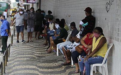 Na agência da caixa do Comércio, a fila se prolongava por todo o quarteirão.