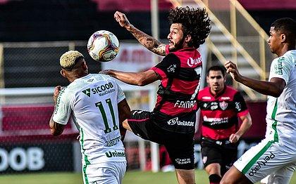 Fernando Neto, do Vitória, em lance do empate contra a Chapecoense, domingo, no Barradão