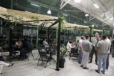 A estrutura do espaço traz um café, sala de meditação entre outras coisas