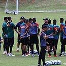 Osmar Loss conversa com jogadores do sistema defensivo no primeiro treino na Toca do Leão