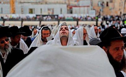"""Sacerdotes judeus vestindo """"Talit"""" (Xales de oração) distribuem bênçãos durante a Páscoa no muro das lamentações na cidade velha de Jerusalém."""
