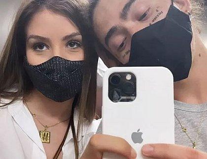 Whindersson mostra tatuagens no rosto em foto com Maria Lina