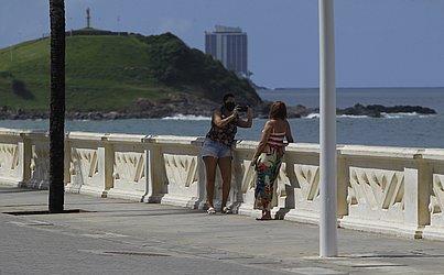 Mulheres aproveitam para registrar passeio na orla da Barra.