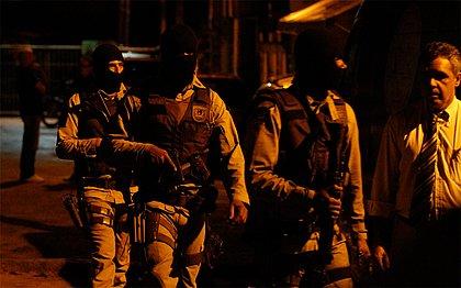 Policiais na reconstituição do caso