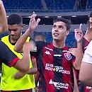 Alisson Farias comemora com os jogadores do banco de reservas