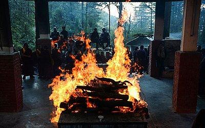 Cerimônia de cremação do lutador da liberdade tibetana Palden Gyatso num subúrbio de Dharamshala.