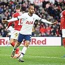 Lucas comemora gol de empate contra o Middlesbrough