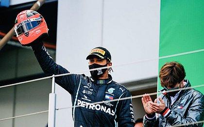 Hamilton recebeu réplica do capacete de Schumacher