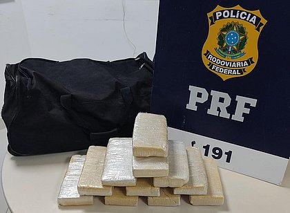 Mulher é presa com 11kg de pasta base de cocaína dentro de ônibus