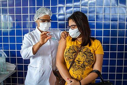 Brasil tem 43% da população vacinada com ao menos uma dose contra a covid-19