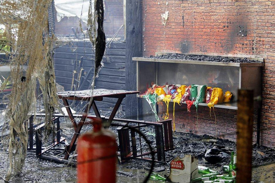 Comerciantes fazem mutirão para apagar fogo em quiosque do Imbuí