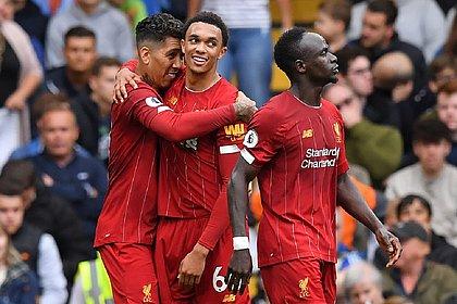 Abraçados, Firmino e Alexander-Arnold marcaram os gols da vitória do Liverpool contra o Chelsea