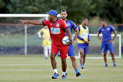 Roger Machado dá orientações ao time em treino no Fazendão