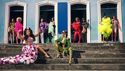 Com 'Cardi B no Pelô', Anitta lança clipe de Me Gusta; assista