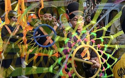 Jovens indianos Sikh demonstram suas habilidades da arte arte marcial 'Gatka' durante o aniversário do guru Gobind Singh em Jalandhar.