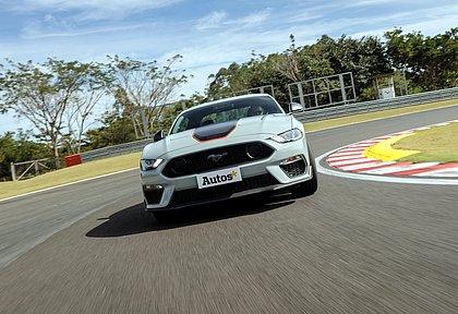 Depois de um hiato de 17 anos, a Ford voltou a oferecer a versão Mach 1 do Mustang. Pela primeira vez, o Brasil recebe essa configuração especial