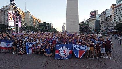 Torcedores do Fortaleza reunidos no Obelisco de Buenos Aires